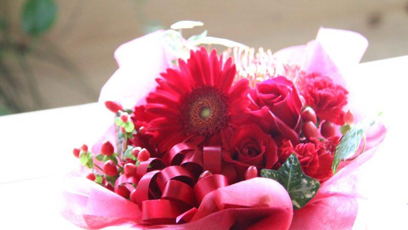 【ホワイトデー】赤い花のアレンジメント
